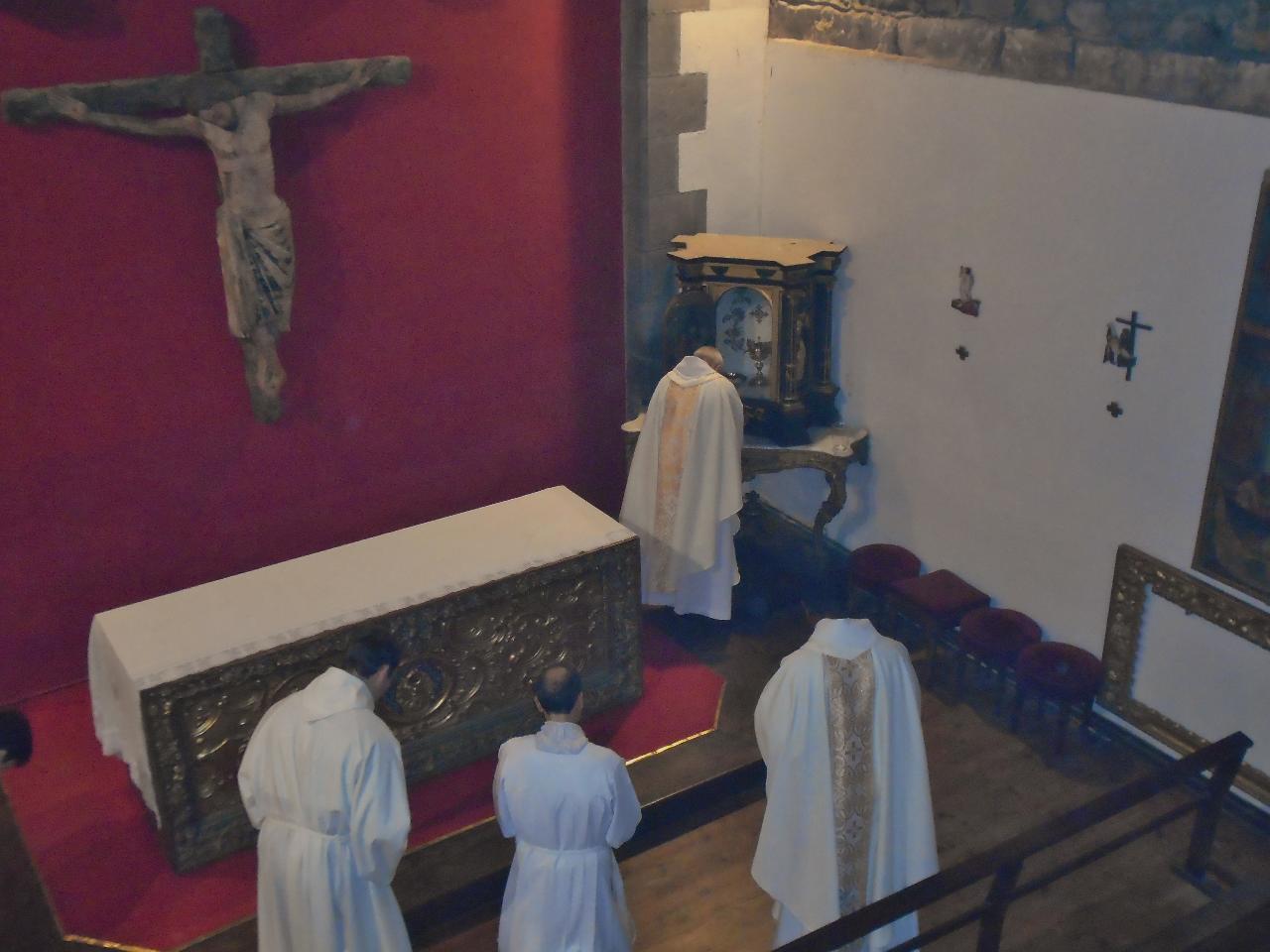 Et le Saint Sacrement retrouve sa place, disponible à la prière de chacun