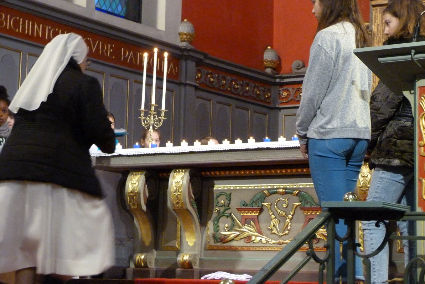 Une blouse et du matériel de soignant ont aussi été présentés au Seigneur