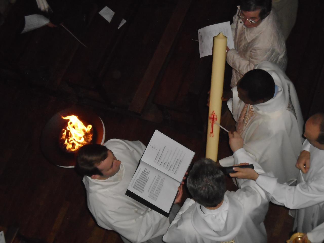 Préparation du nouveau cierge pascal