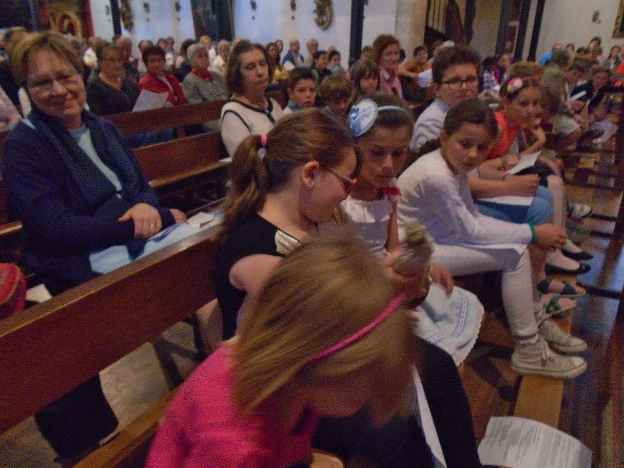 Les enfants ont reçu et transmis la statuette de Notre Dame de Fatima