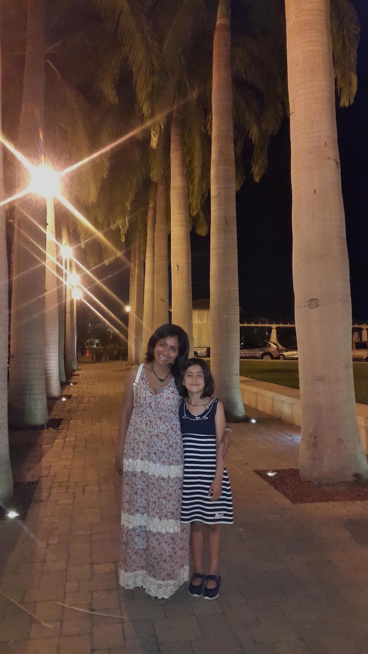 Toute petites sous les grands palmiers