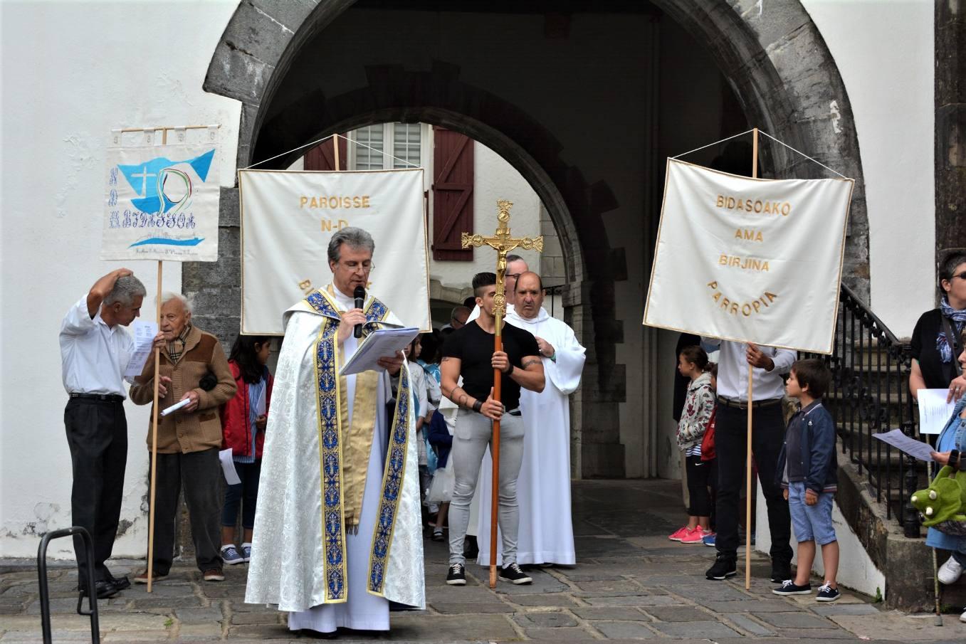 Organisation de la procession par l'abbé Jean-Marc Lavigne