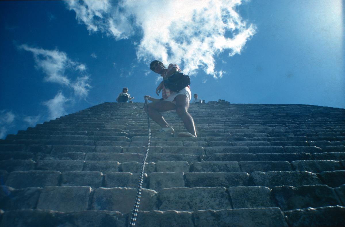 Monter ou descendre d'une pyramide pré-colombienne n'est pas tojours aisé.jpg