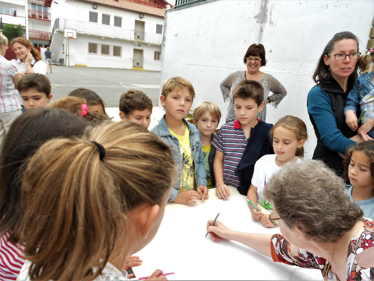 Les enfants vont composer un chef-d'oeuvre par un seul trait de crayon à chaque fois et repartant obligatoirement d'où le camarade précédent s'est arrêté.