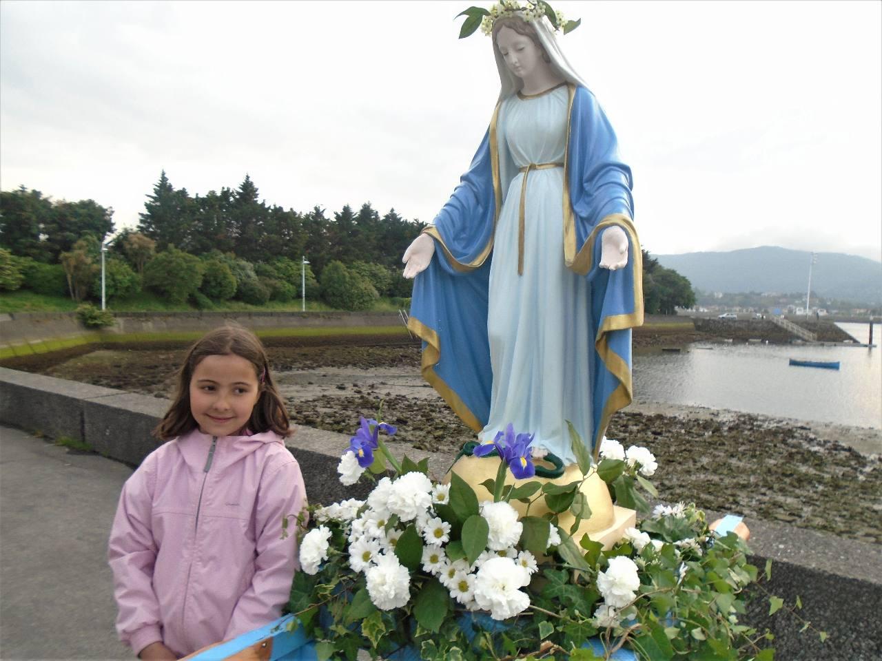 ... dont Elaia qui etait restée un peu en retrait mais la belle statue de Marie a réussie à permettre la photo