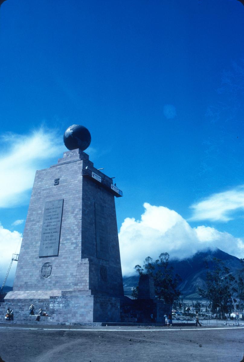 Mitad del Mundo, d'un côté c'est le Nord, de l'autre le Sud!.jpg