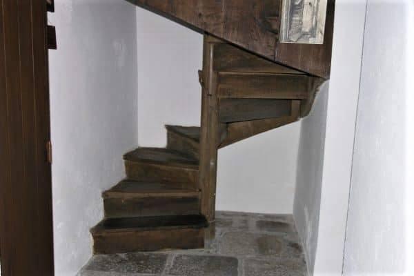 Au début de l'hiver1839, elle recueille une vieille femme aveugle et infirme, Anne Chauvin, à qui elle donne jusqu'à son lit. (en la portant sur son dos par cet escalier) Elle-même s'installe au grenier