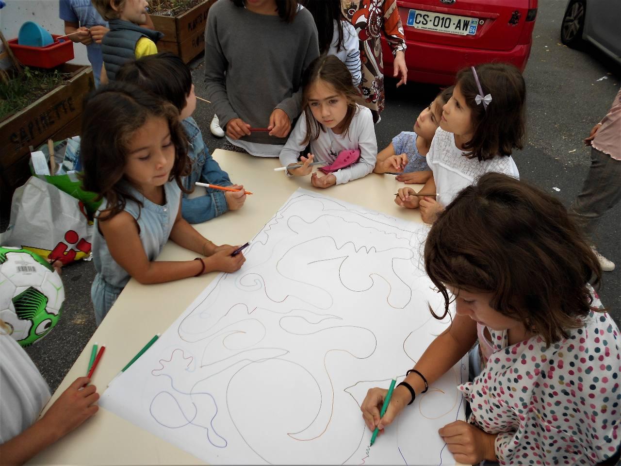 Traits, courbes, zig-zag, diverses couleurs, donner son  coup de crayon et accepter celui de son camarade ; patiemment bâtir, construire, imaginer....