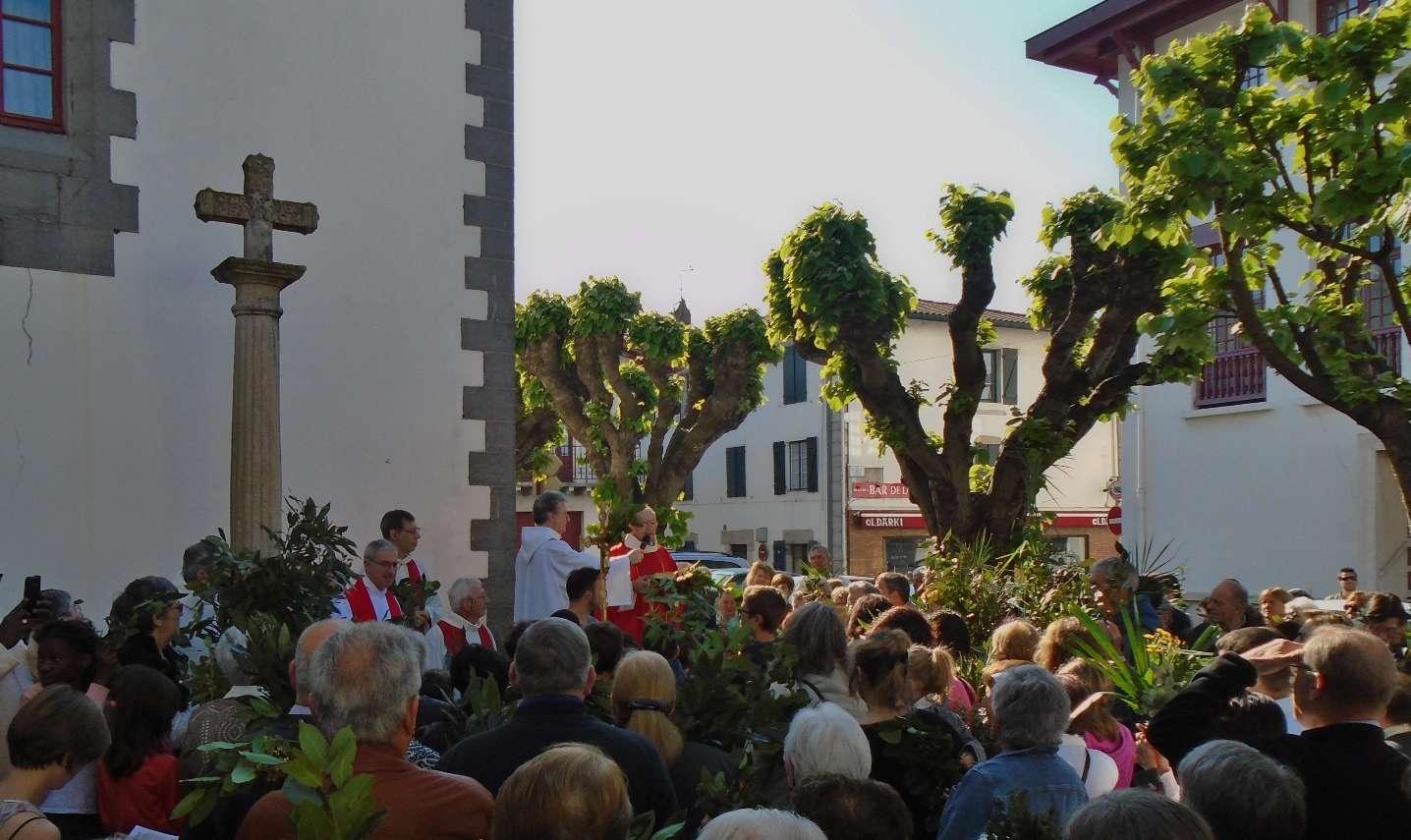 Sous un beau soleil, l'abbé Bernard Fourgs accueille la foule venue pour suivre Jésus durant la Semaine Sainte