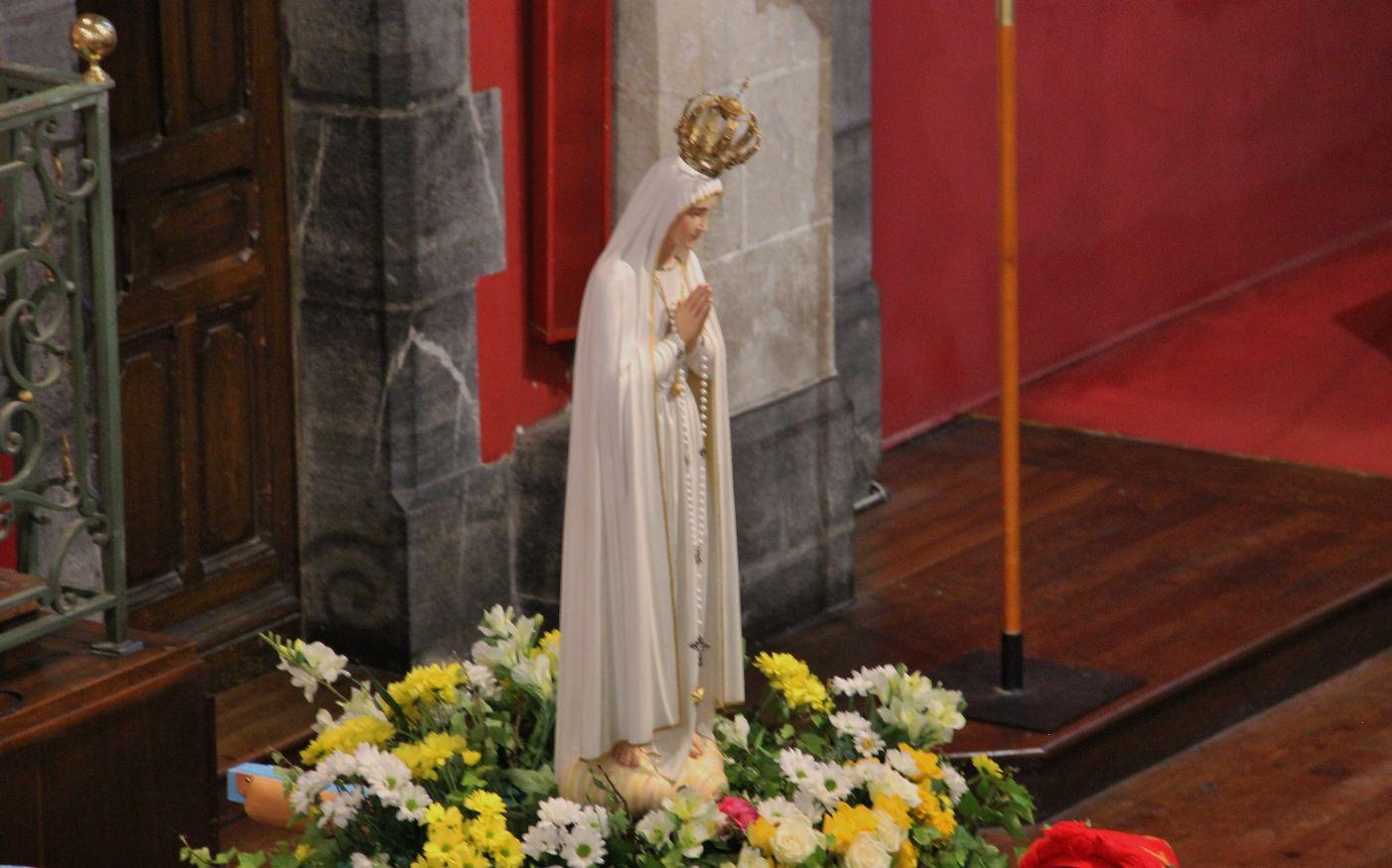 """""""Uni à mes frères, par Toi, je me consacre à Dieu, ô Vierge du Rosaire de Fatima. ..."""