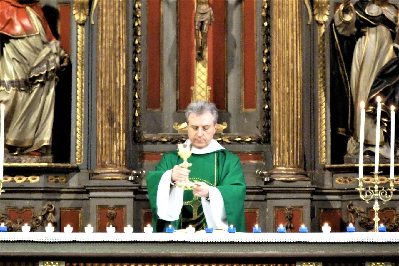 Temps de l'Eucharistie - l'offrande du vin qui deviendra le sang du Seigneur