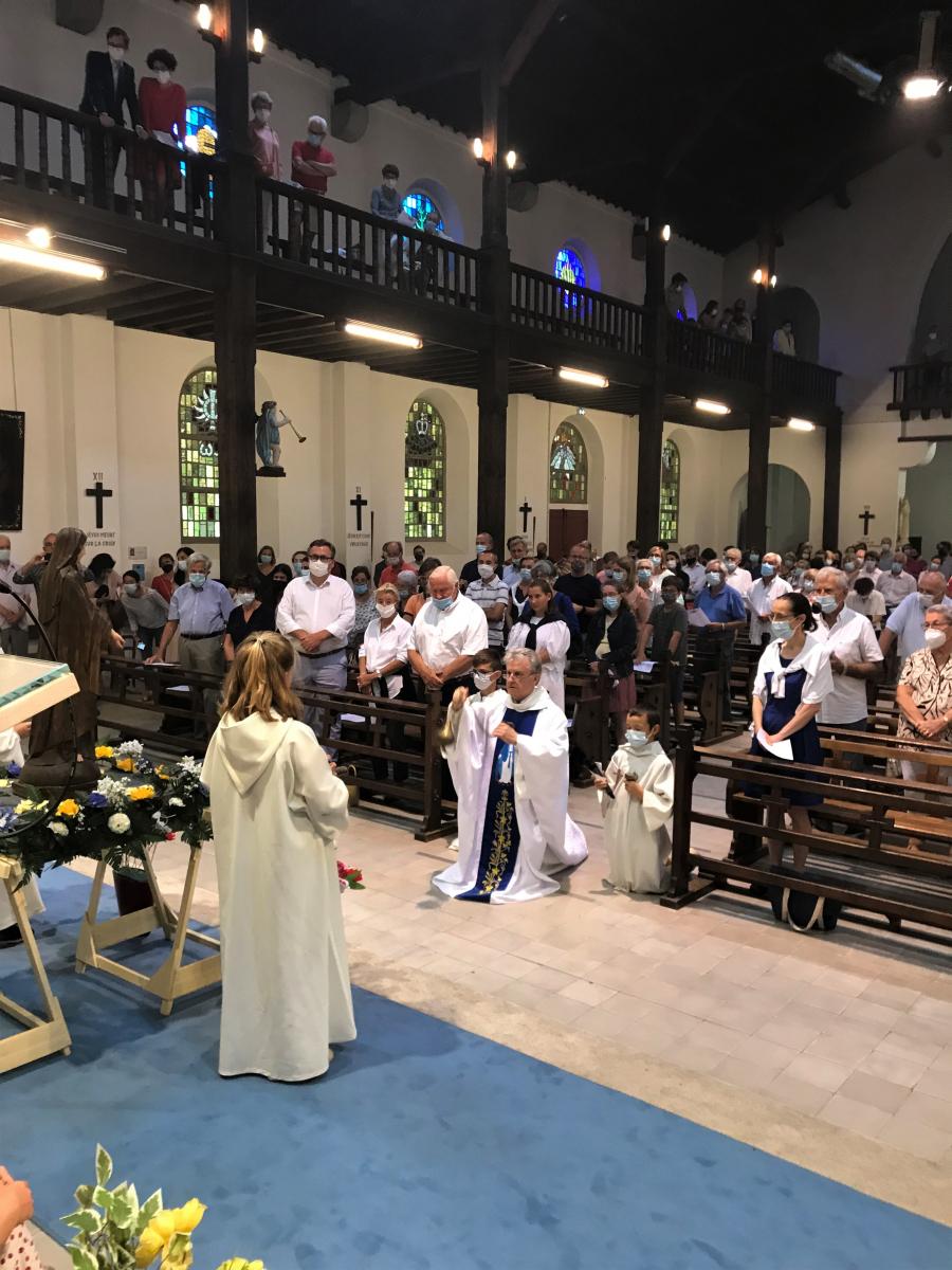 Hommage par l'encens - les deux autres servants d'autel qui précédaient la procession