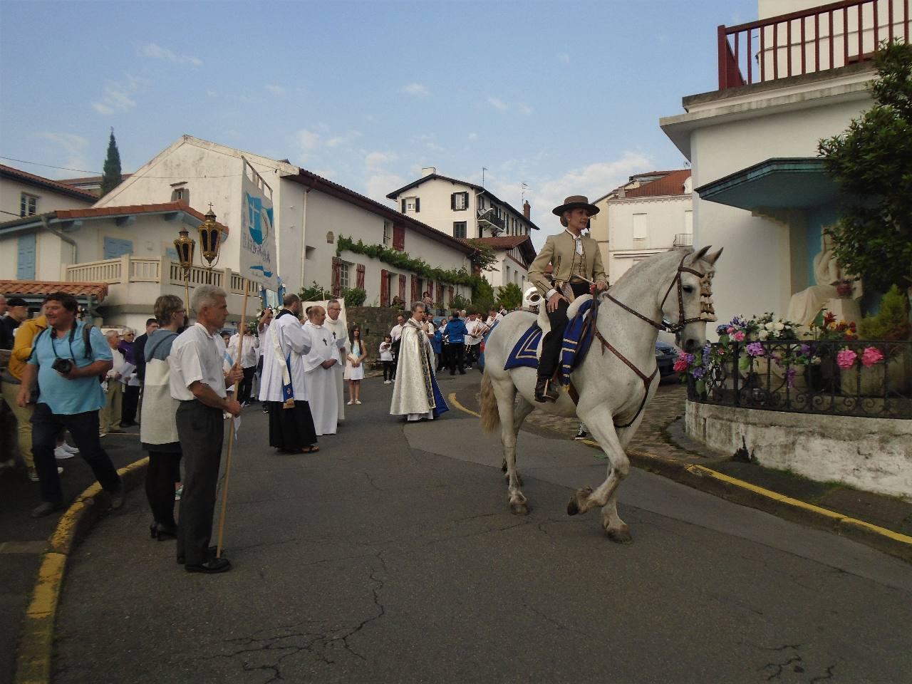 Place à Santiano et Maïté que suivrons Johan portant la Croix et nous tous