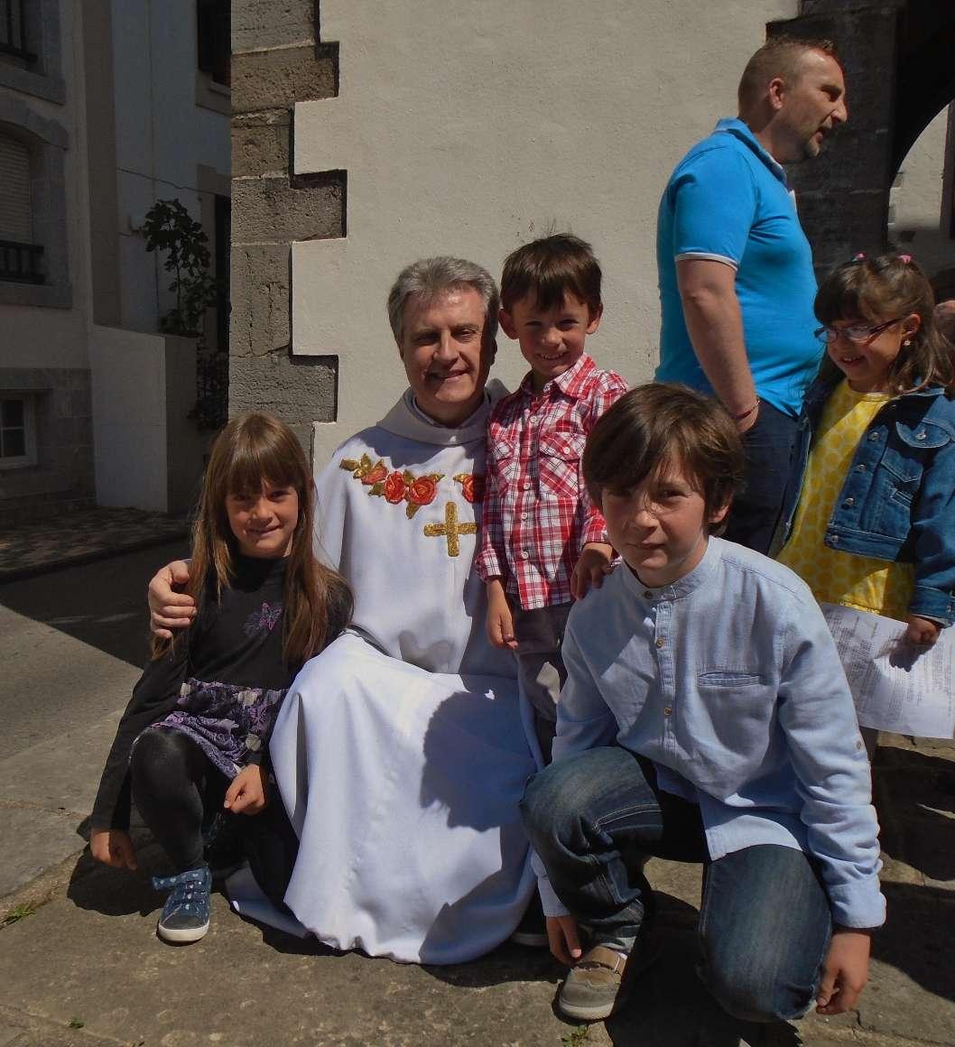 Daniel, servant d'autel, bon exemple pour sa soeur et son frère déjà très complices avec l'abbé Jean-Marc