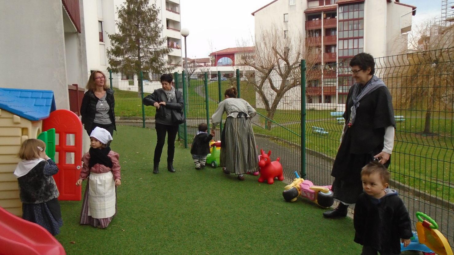 Une maman et une mamie ont pu participer à ce moment joyeux ainsi que l'inspectrice et amie de la MAM