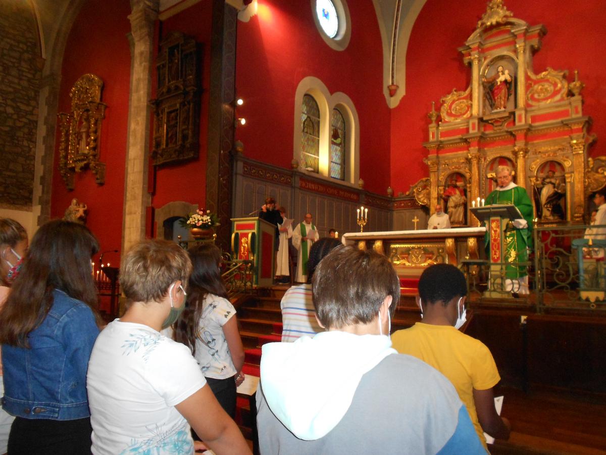 Une pèlerine sur le chemin de Saint Jacques de Compostelle pour la prière universelle
