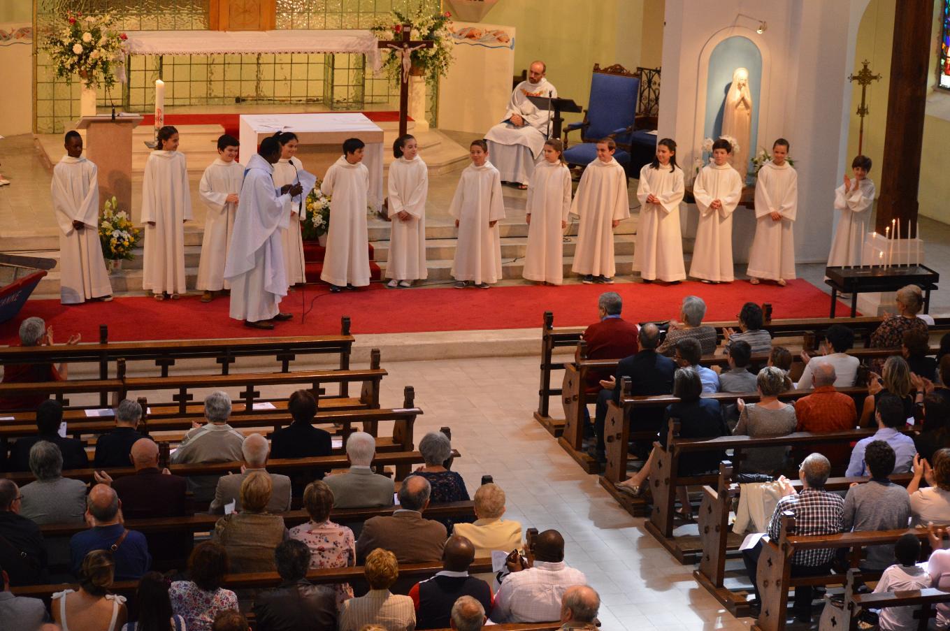 L'abbé invite l'assemblée à applaudir les enfants