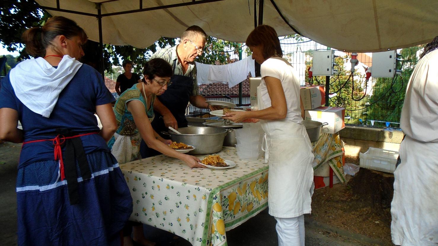Maman (en bleu) aussi ainsi que papa, quelque part dans la foule tandis que les cuisiniers fournissent !