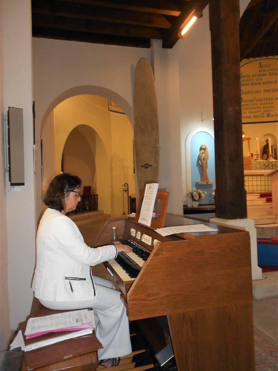 Susana attend le nouvel orgue ; patience ! ... Dans le fond, l'ex-voto longboard