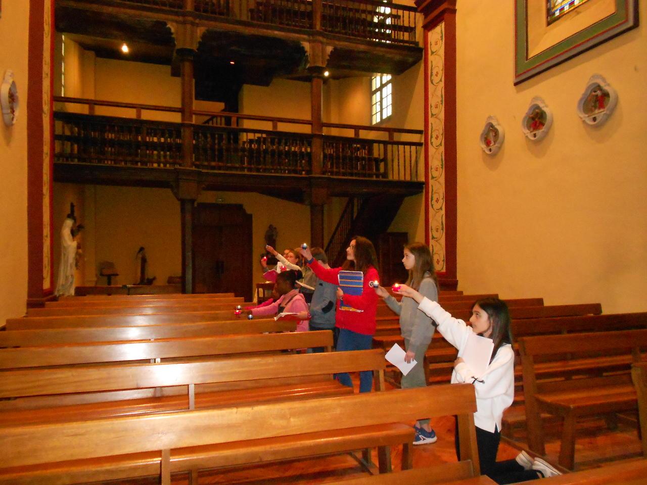 Après avoir médité le chemin de Croix en salle, temps de prière et de silence dans l'église