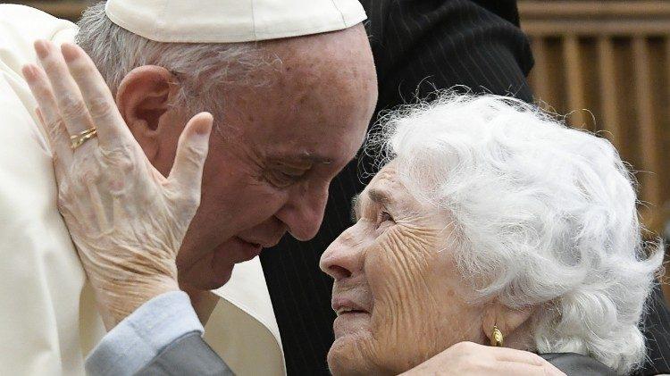 Le Pape François et une personne âgée lors d'une audience en octobre 2016.jpeg