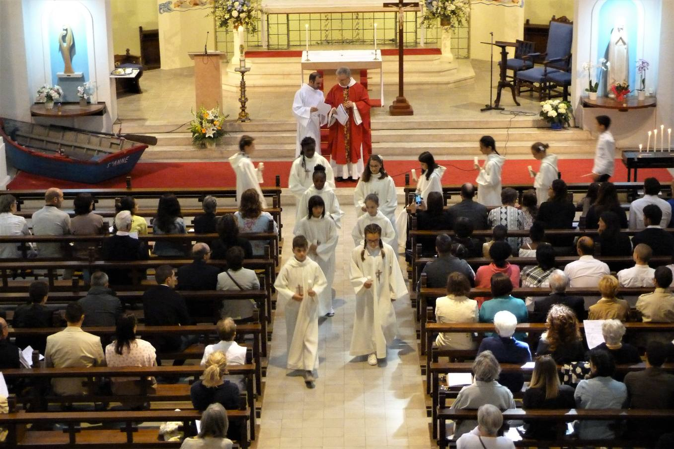 Les enfants vont se placer en procession pour le signe de la Lumière et proclamer le Credo qu'ils ont écrit lors d'une catéchèse en extérieur.