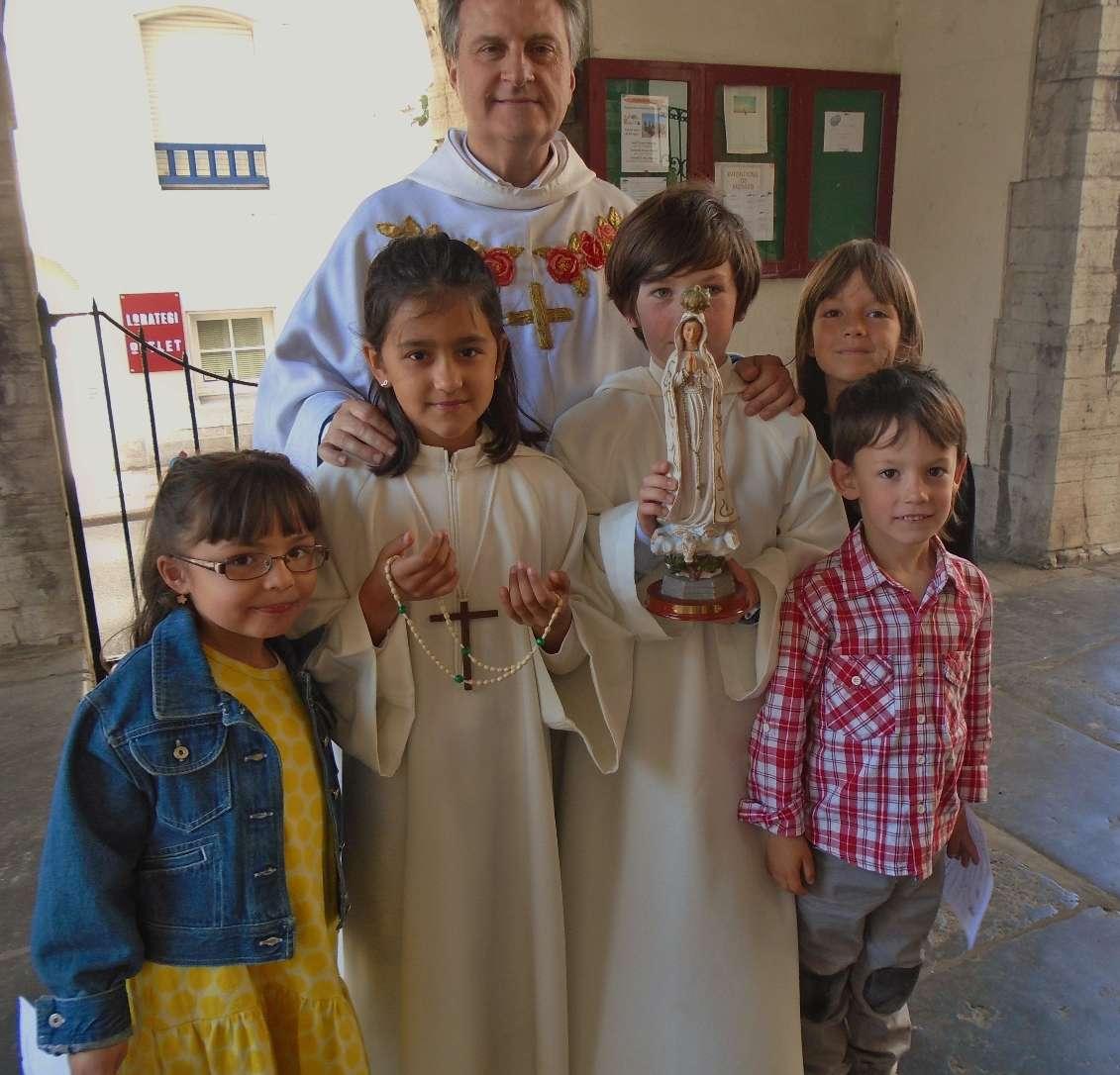 Angela, Léa avec le chapelet, Jean-Marc confiant en de jeunes épaules, Daniel très honoré de sa précieuse charge, Ester et Martin
