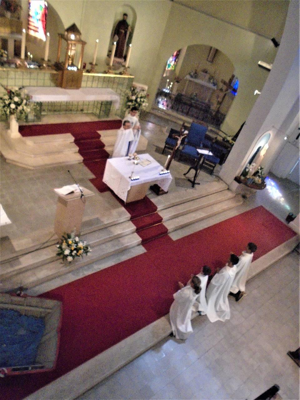 Le pain devenu Corps du Christ élevé, donné pour tous
