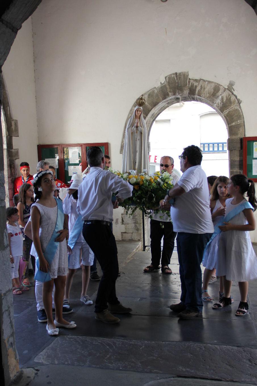 Entrée dans l'église pour les vêpres