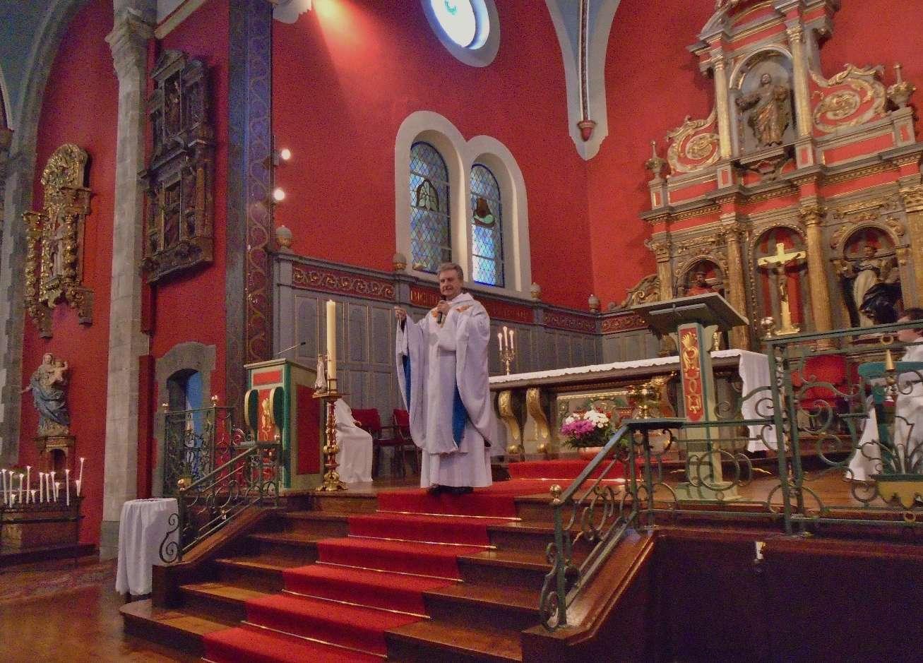 L'abbé Jean-Marc montre aux enfants son chapelet ; Marie a demandé aux 3 petits bergers de Fatima de beaucoup prier avec le chapelet