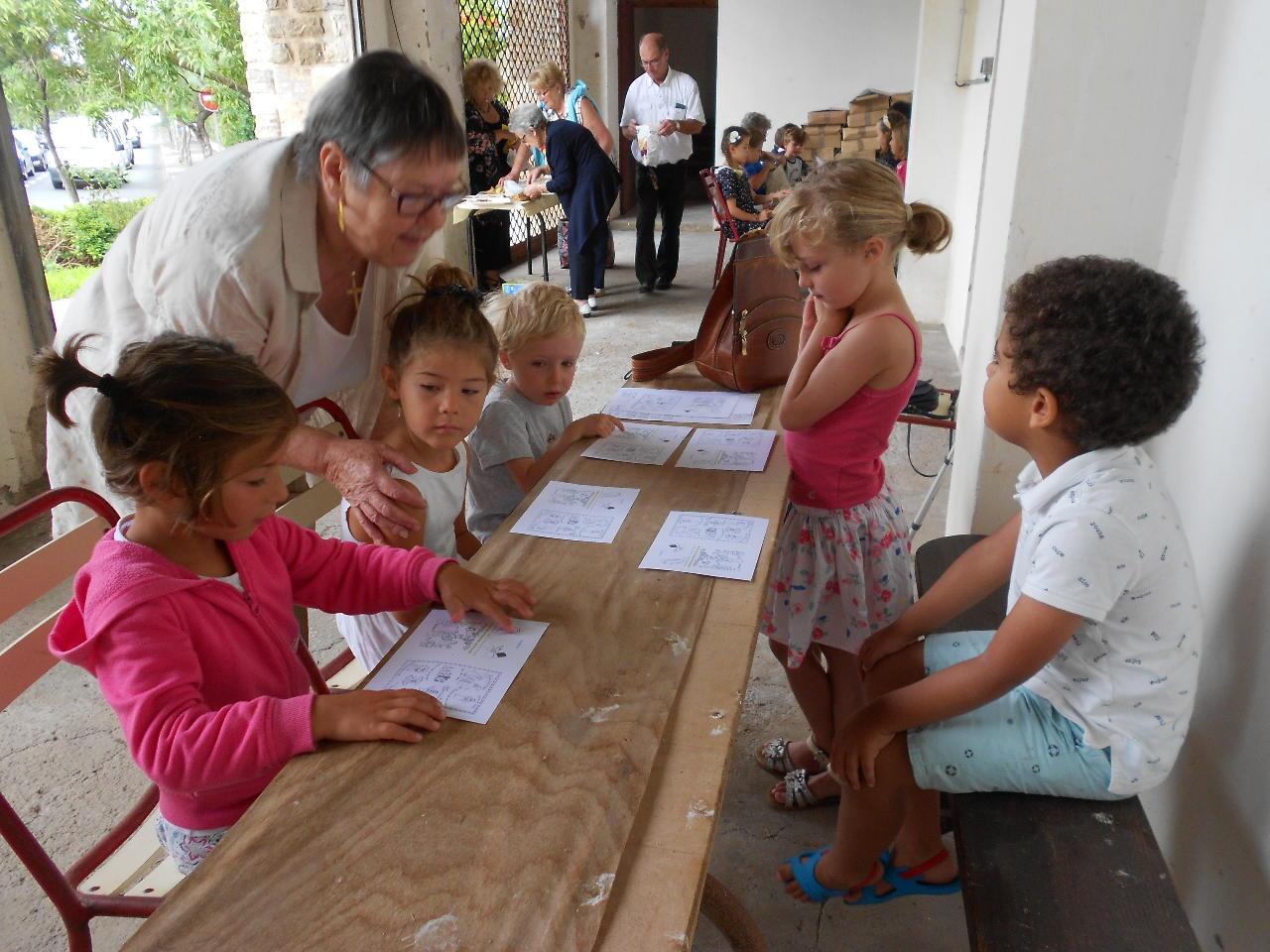 Des petits enfants, avec Danièle, se sont retirés pour un partage d'Evangile