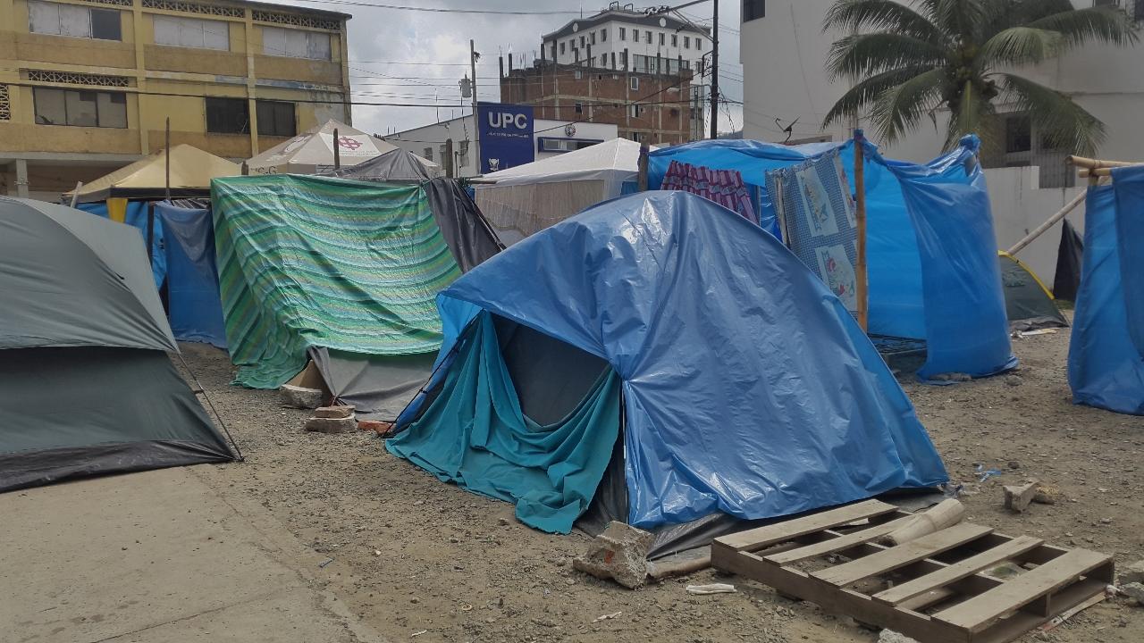 Portoviejo sinistré - des tentes sur l'emplacement des immeubles effondrés et déblayés