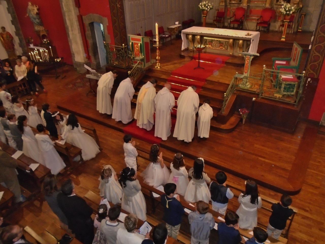 Salut de l'autel sacré, table du sacrifice et table du repas ; représentation symbolique du corps du Christ en Église, Assemblée