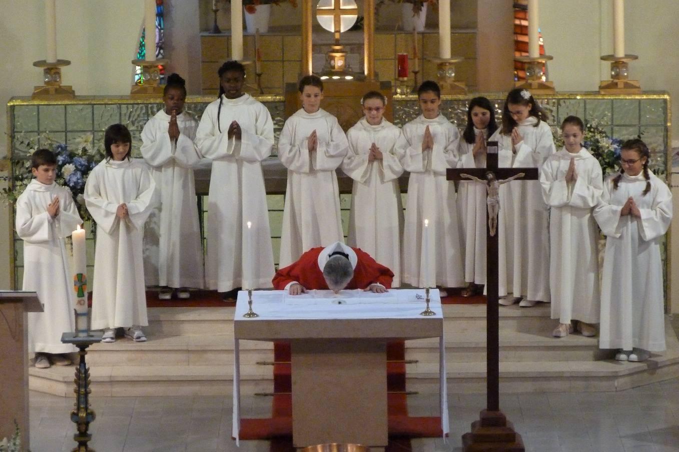 Le prêtre embrasse l'Autel qui représente le Christ-prêtre-offrande-table du sacrifice