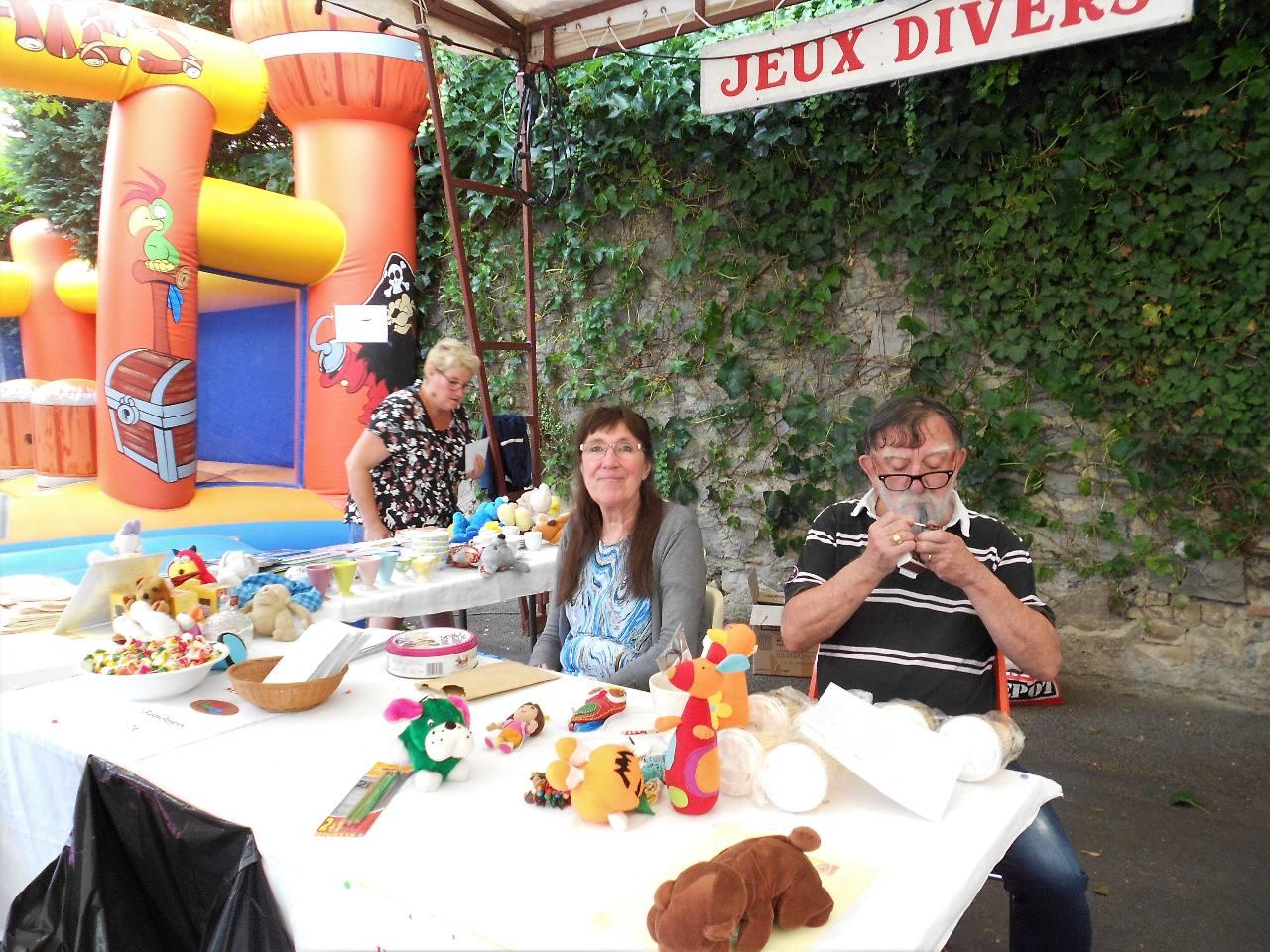 Pour les enfants, tenter sa chance avec le jeu des enveloppes avec Evelyne et Alain