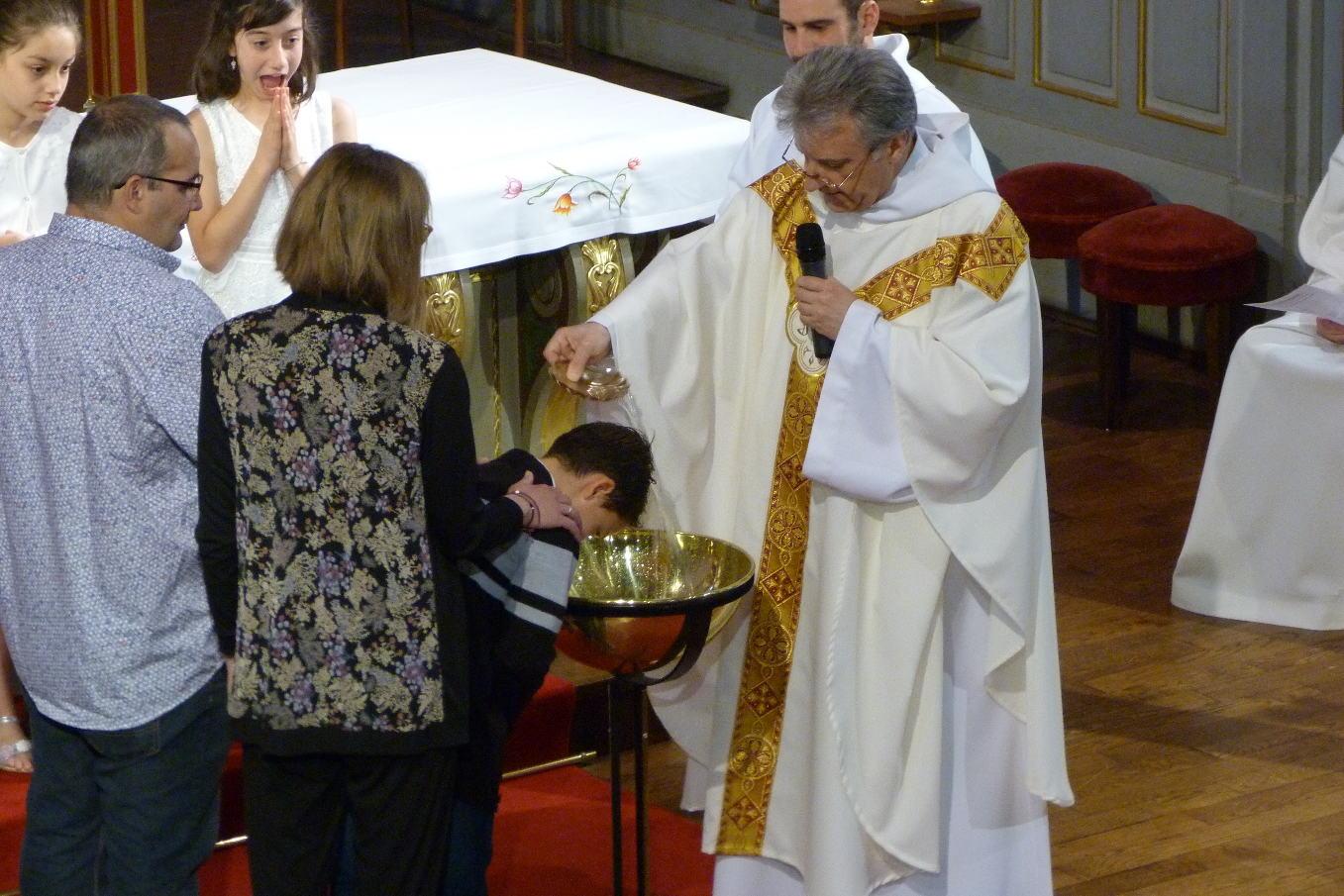""""""" William, je te baptise au Nom du Père et du du Fils et du Saint Esprit """""""