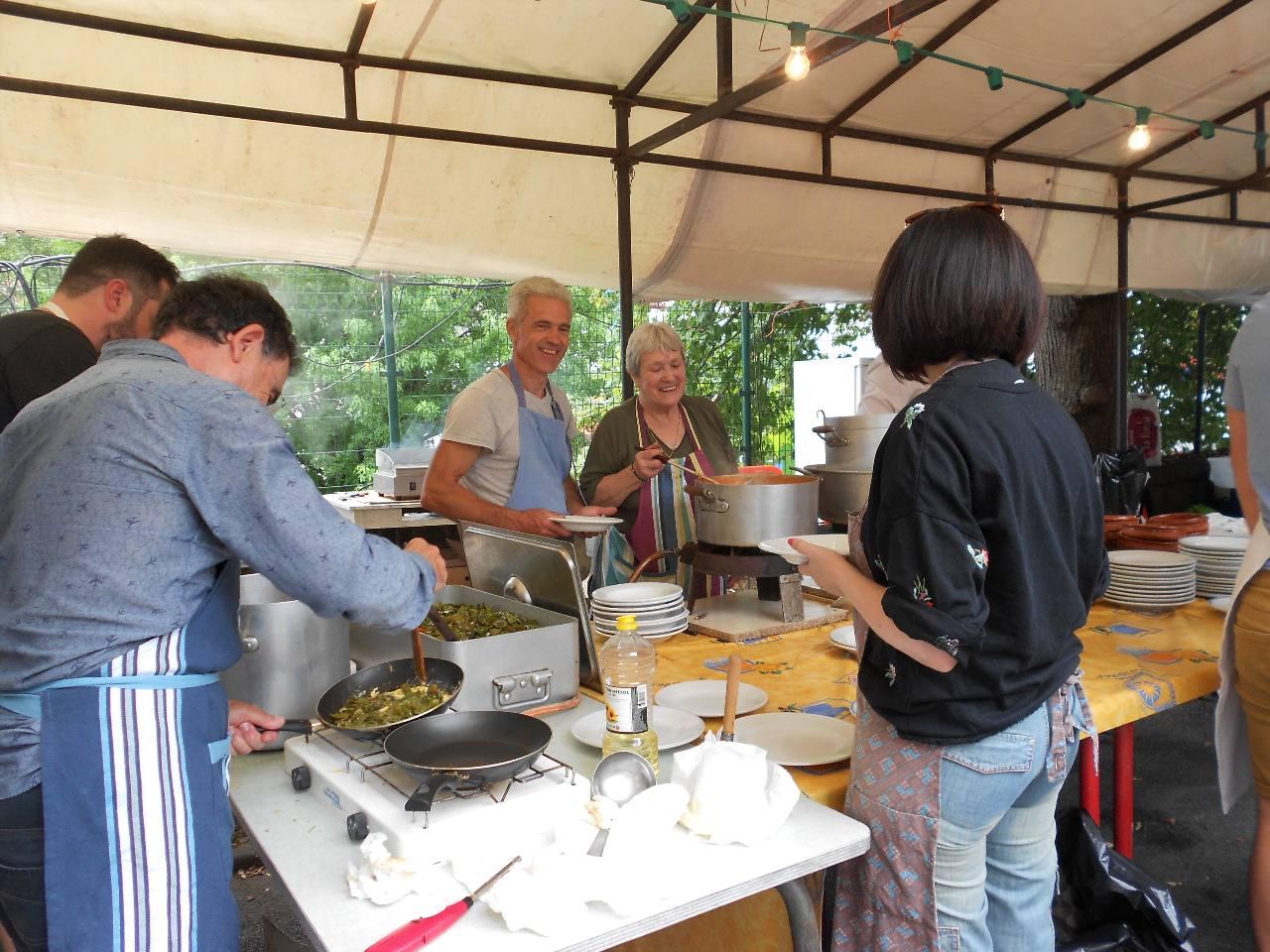 Cuisine généreuse. Dans l'omelette aux piments, il y a une belle part de piments !