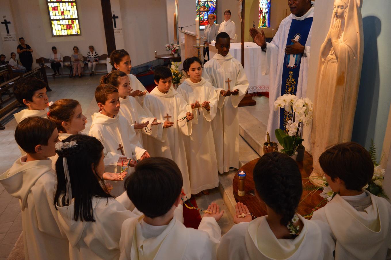 L'abbé Roger bénit les chapelets