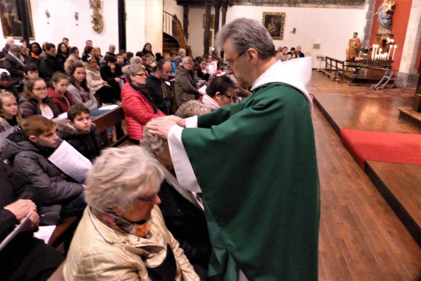 L'imposition des mains rappelle l'attention et la tendresse de Jésus Christ envers les personnes malades.