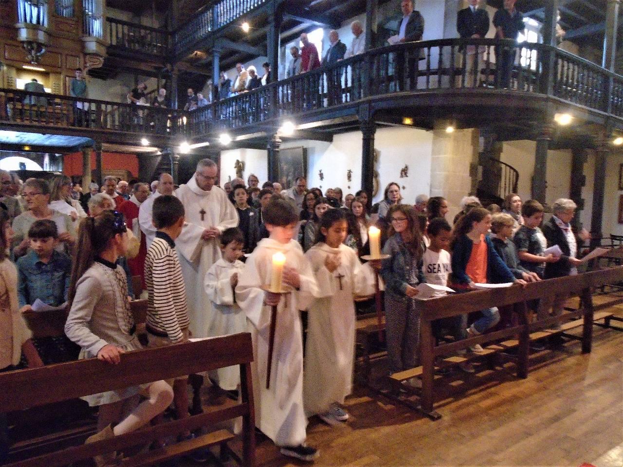 Messe des familles entourées des paroissiens et vacanciers