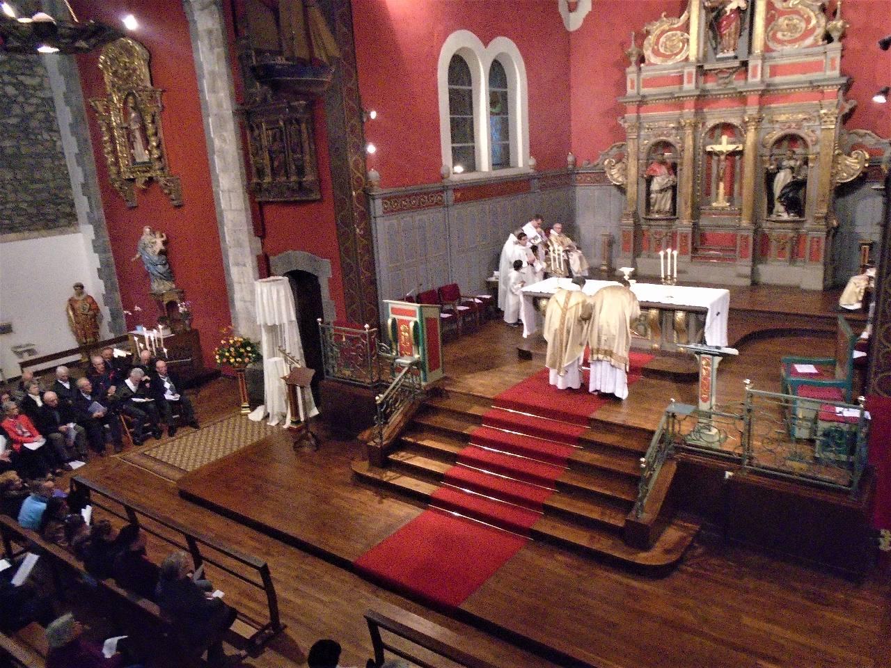 """""""...Dans le sacrifice de la croix, rendu présent sous les signes sacramentels, c'est le Christ qui offre (il est Prêtre) qui est offert (il est Victime) et qui reçoit le sacrifice (il est Autel)."""""""