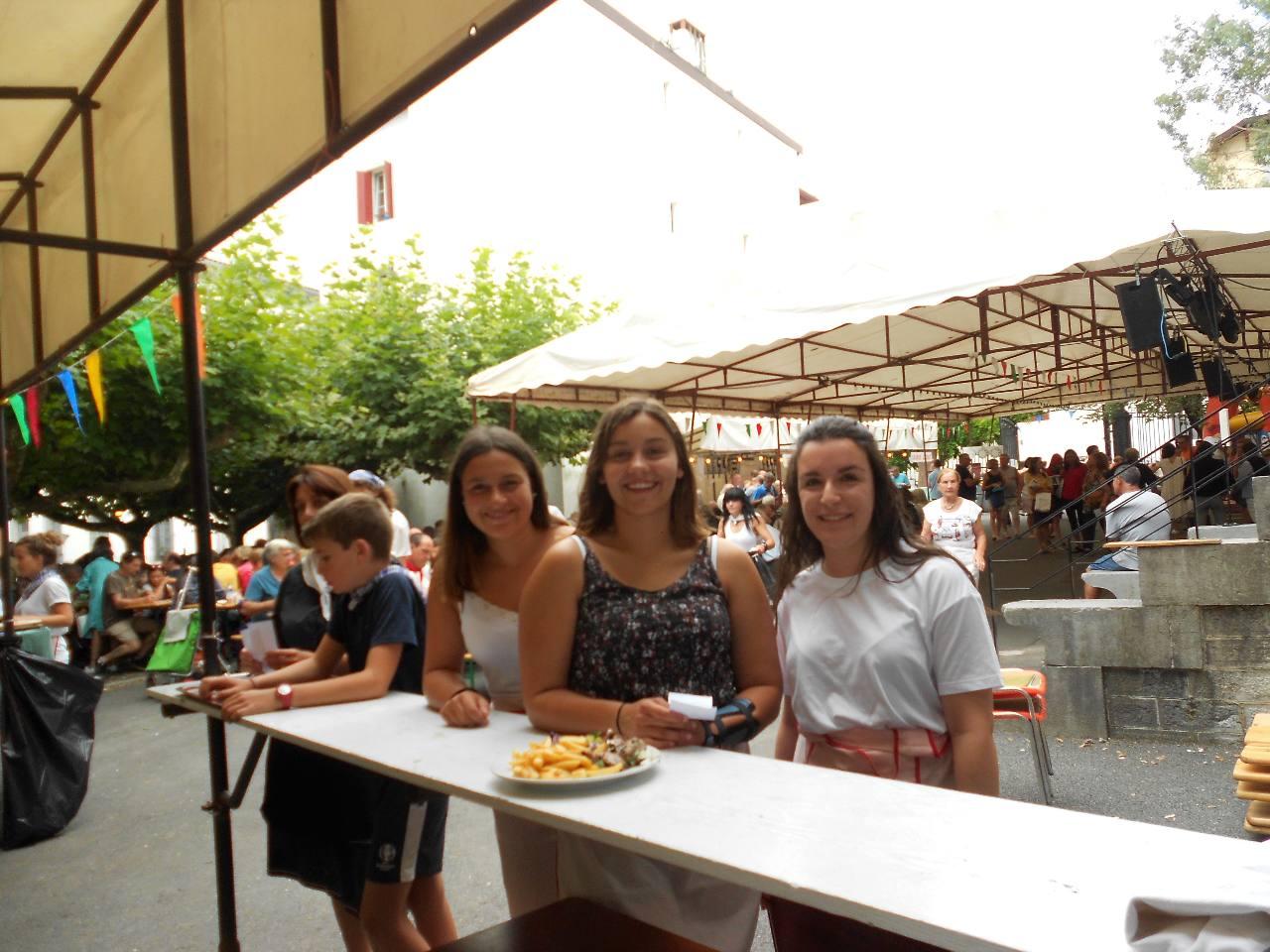 En attendant, le sourire d'Elena, Océane et Ludivine. Alexandre, très sérieux, attend de recevoir la commande d'une table à servir.