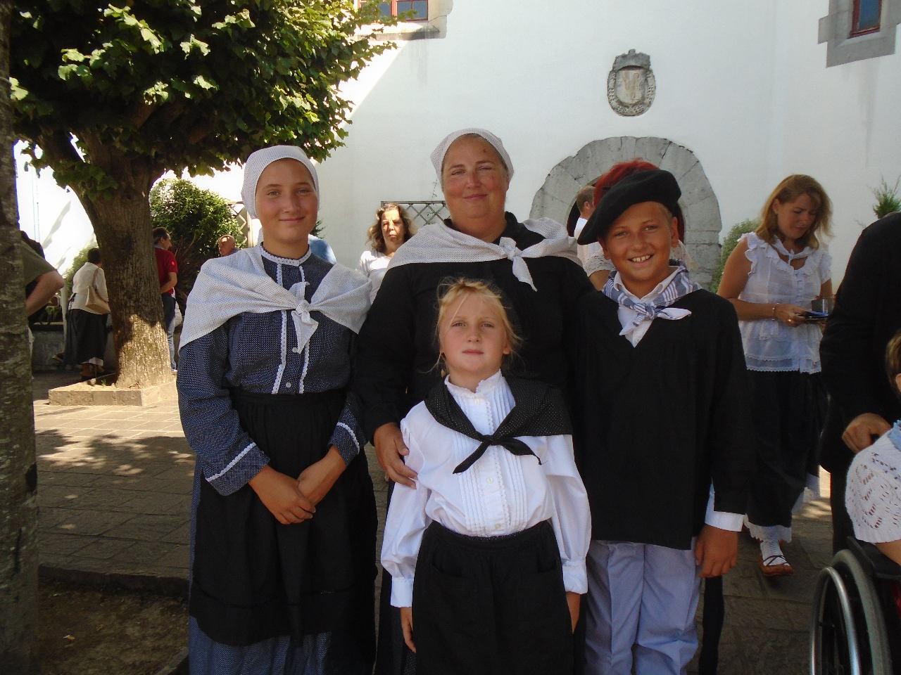 Après le service de l'autel pour la grande sœur et la procession des offrandes pour les plus jeunes, c'est la fête avec Maman et la famille