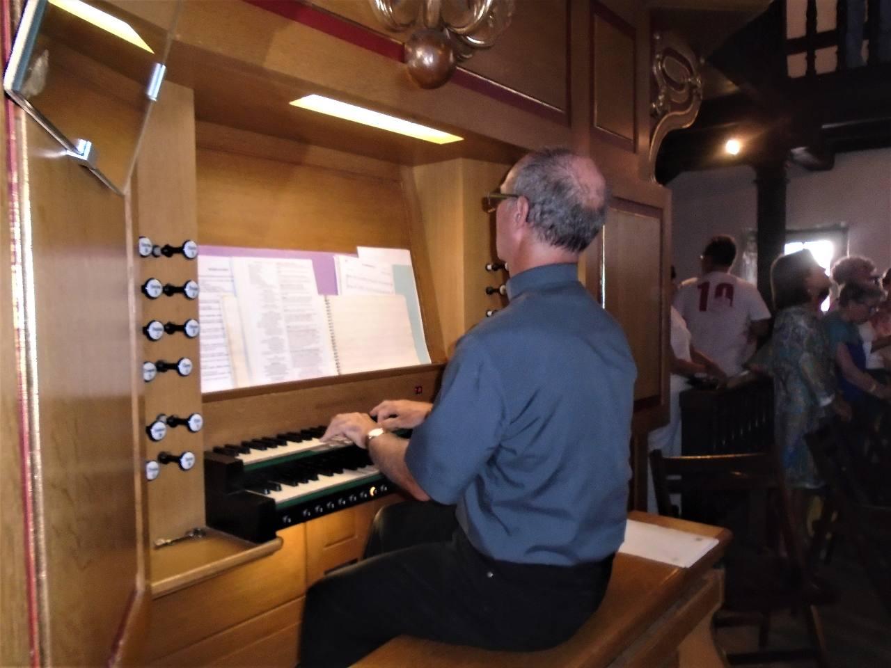 A l'orgue l'abbé Philippe Fabas