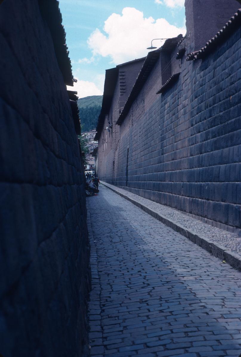 Quito, rue dans le centre ancien.jpg