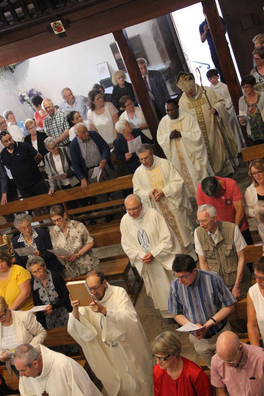 Les abbés Bernard, Marcel, Jean-Marc, Roger précédés de Péio, fidèle servant d'autel