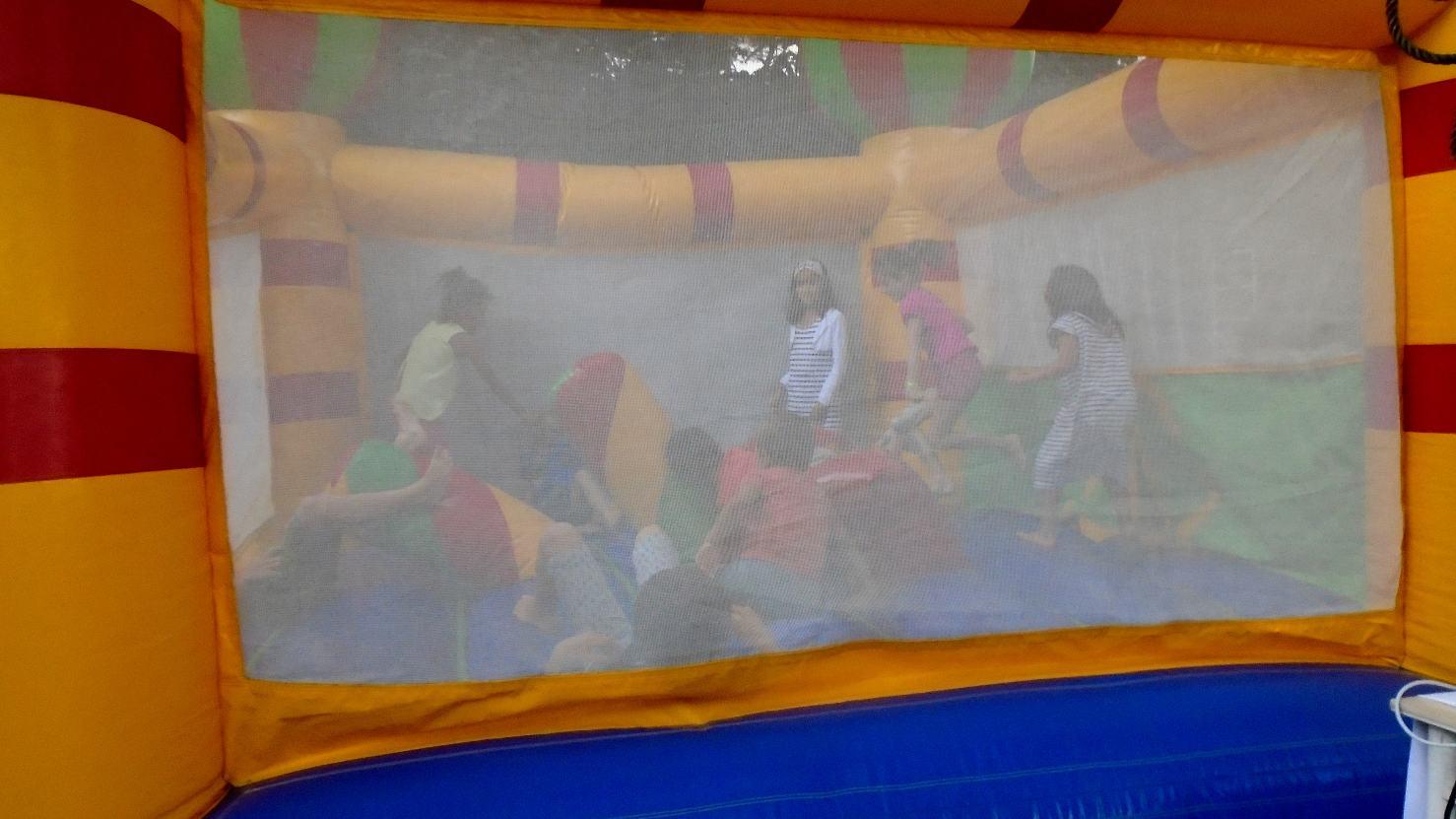 ... les enfants s'amusent en toute sécurité ; nous n'avons le droit que de les écouter rire !