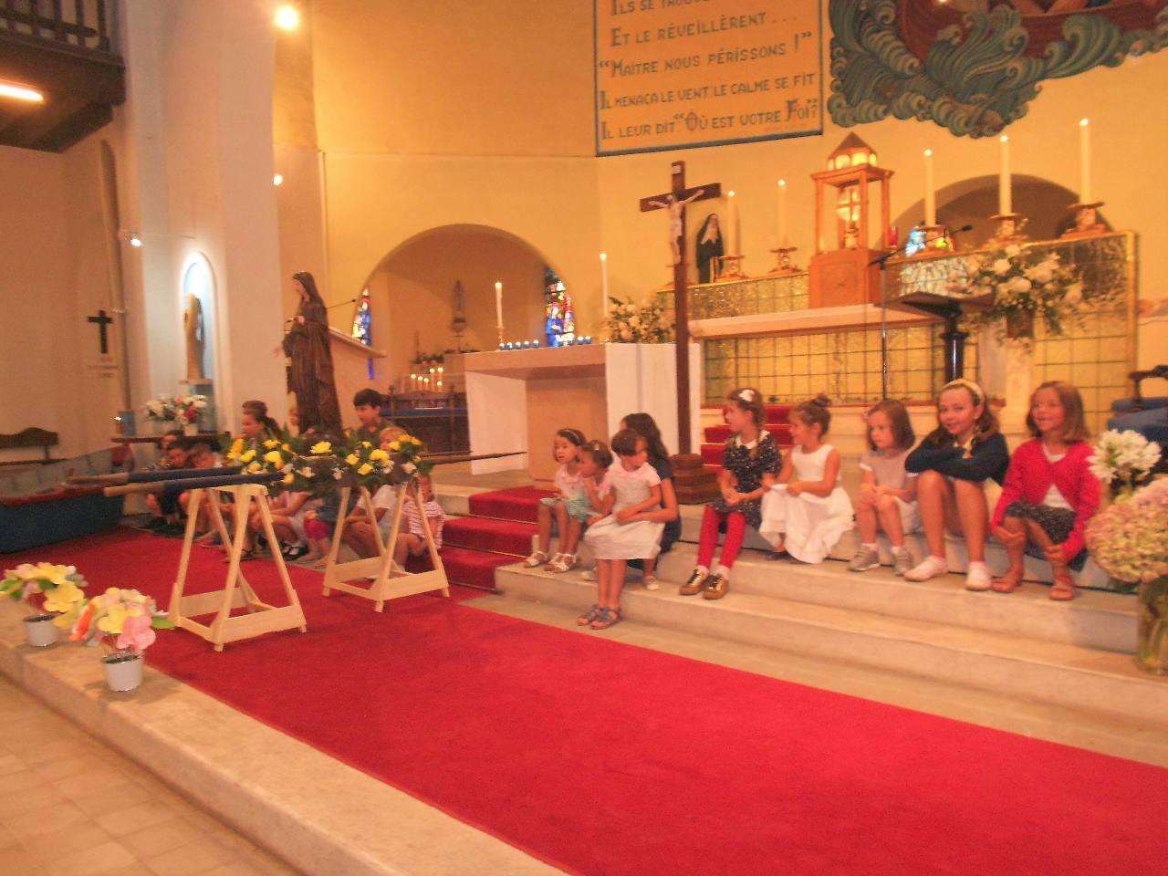 Les enfants ont offert leur fleur à Marie
