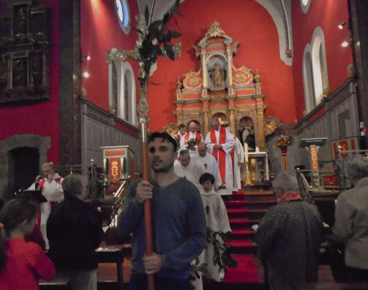 Procession de sortie derrière la Croix