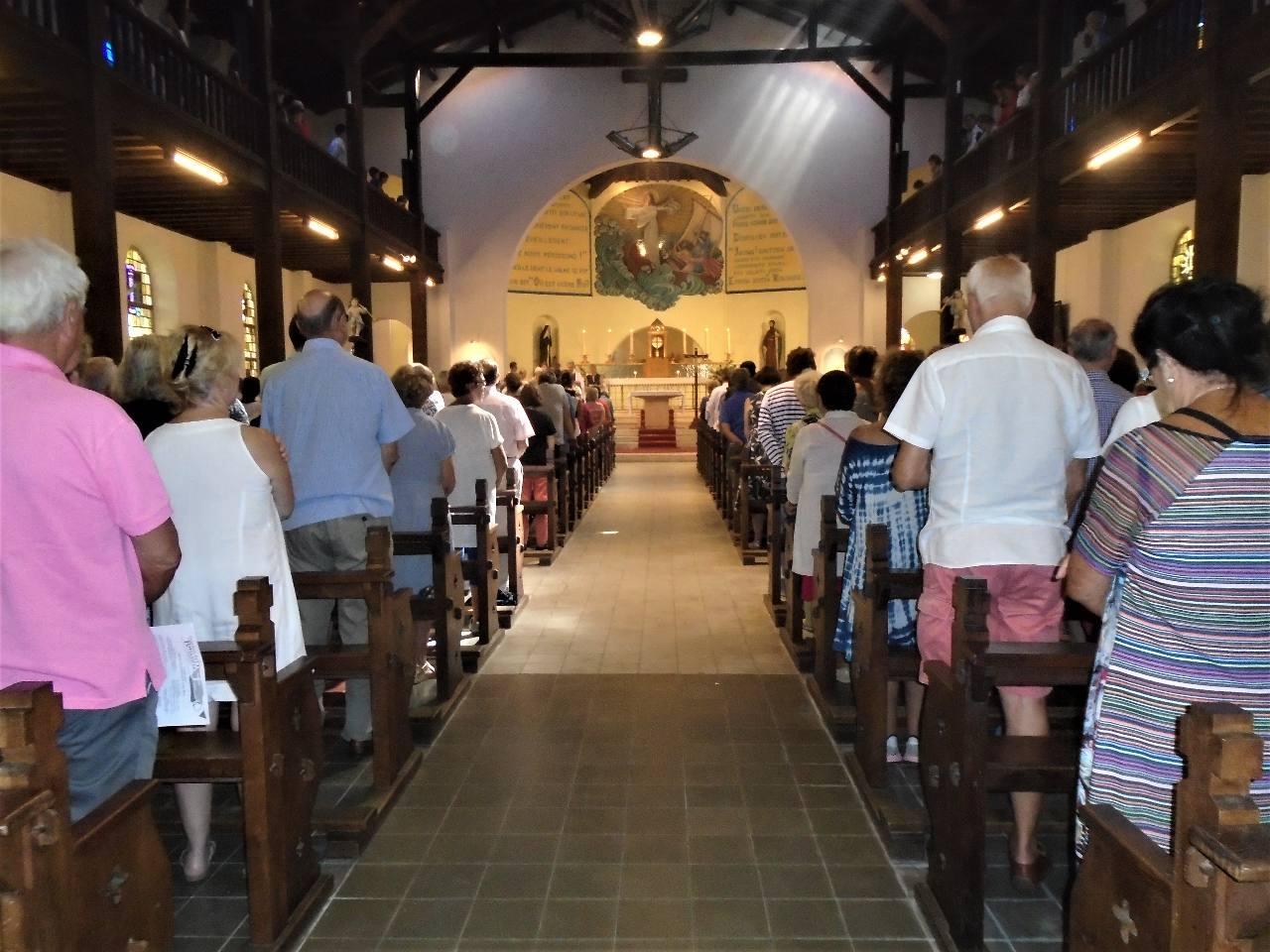 """♫♫ Dans l'église : """" Je crois en toi, le Père Tout-Puissant, ... Jésus qui est Sauveur, ...Esprit de Sainteté ; Amen !"""